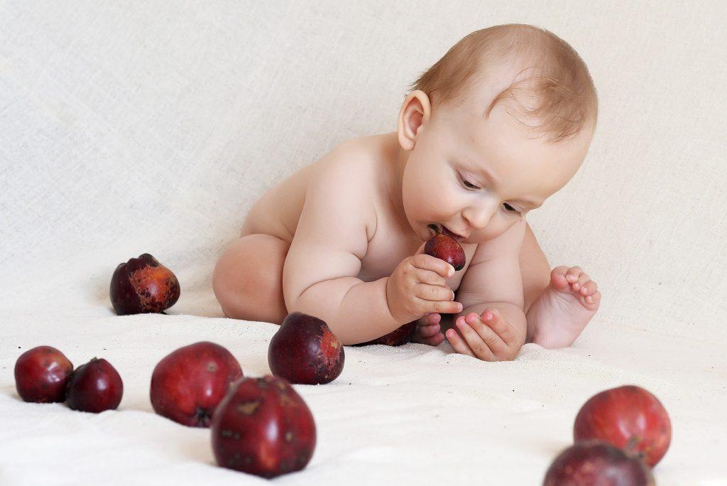 תינוק אוכל פרי