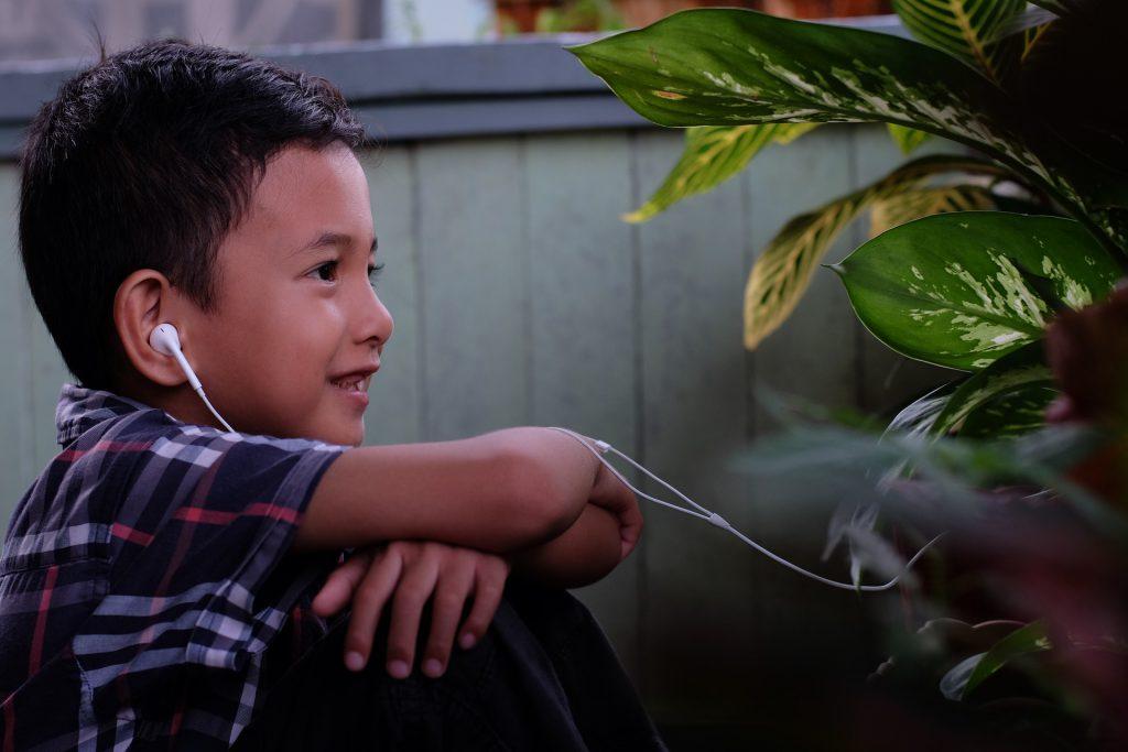 8 פודקאסטים מעשירים (ומרתקים!) לילדים