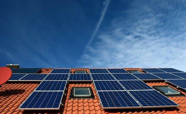 פאנלים סולאריים על הגג